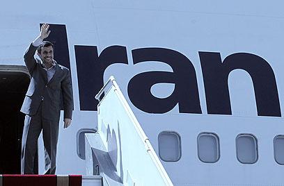 המפגינים מחכים לו. אחמדינג'אד עולה על הטיסה לניו יורק (צילום: AFP)