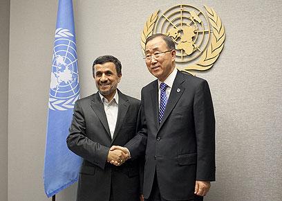 """באן קי מון ונשיא איראן אחמדינג'אד בחודש שעבר באו""""ם (צילום: AFP)"""