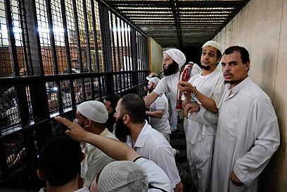 המורשעים בתא בבית המשפט (צילום: רויטרס)