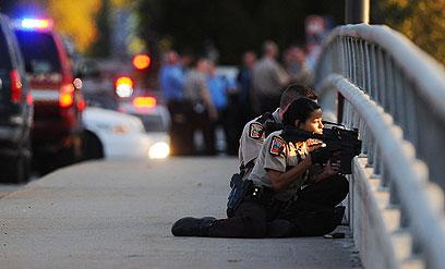 שוטרים ליד בניין החברה (צילום: AP)