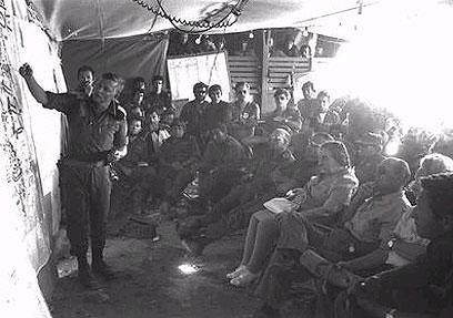 """מסביר לראש הממשלה מאיר במהלך המלחמה (צילום: יצחק שגב, לע""""מ)"""