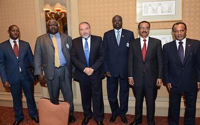 ליברמן עם השר ליברמן עם שרים מאתיופיה, דרום סודן ואוגנדה (צילום: שחר עזרן)