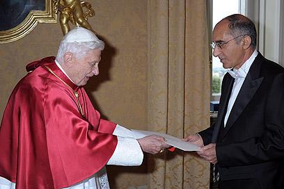 """""""נזק חמור"""". השגריר אברוני מגיש את כתב אמנתו לבנדיקטוס ה-16"""