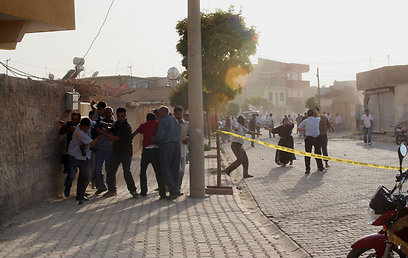 עיירת הגבול הטורקית מופגזת (צילום: AFP)