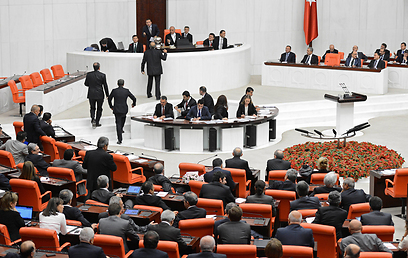 הממשלה תוכל לצאת למבצע צבאי בסוריה אם הדבר יידרש. הפרלמנט באנקרה (צילום: EPA)