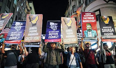 עם העם הסורי, נגד הממשלה הטורקית (צילום: AP)