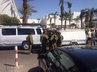 """ירי והתבצרות. מלון """"לאונרדו קלאב"""" באילת, הבוקר (צילום: מאיר אוחריון)"""