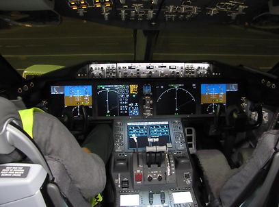 וכך נראה תא הטייס בדרימליינר (צילום: דני שדה)
