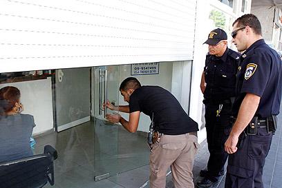 פשיטת המשטרה (צילום: אמיר לוי)