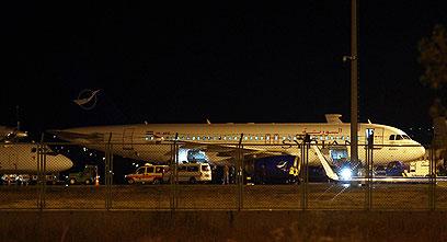 אנקרה הקפיאה את הטיסות האזרחיות אל סוריה וממנה. המטוס שיורט (צילום: EPA)