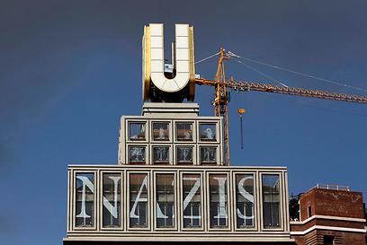 """המגדל בדרטמונד. """"נאצים זה לא קוּל"""" (צילום: רויטרס)"""