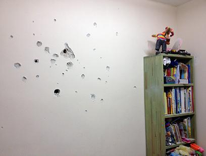 הגולש משה קנפו צילם רסיסים שפגעו בקיר בביתו (צילום: משה קנפו)