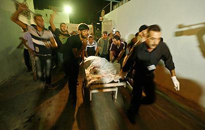 פינוי הנפגעים אחרי התקיפה בעזה (צילום: רויטרס)