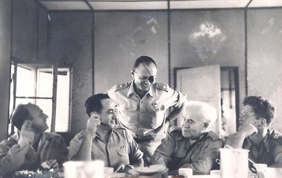 """עם בן גוריון במהלך סיור ביחידות צה""""ל, 1953 (צילום: ארכיון צהל ומשרד הביטחון)"""