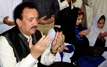 שר הפנים של פקיסטן מתפלל למען מללה. אבל הממשלה לא יוצאת נגד טליבאן (צילום: AP)