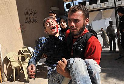 ילד שנפגע בתקיפה אווירית (צילום: AFP)
