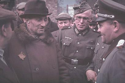 גבר יהודי מדבר עם קצין וחיילים מיחידת הארטילריה הגרמנית בגטו קוטנו, 1940 (צילום: Gettyimages)