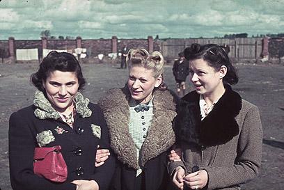 נשים בגטו קוטנו ב-1940. לא מן הנמנע שייגר ביקש את רשותן לצלם ושוחח איתן (צילום: Gettyimages)