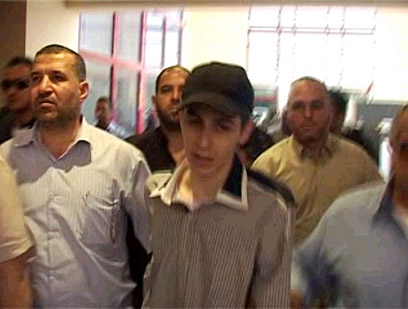 גלעד שליט לקראת שחרורו עם ג'עברי. מתוך הסרטון