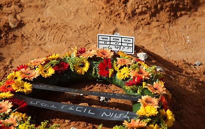 """קברו של רז. שלח מכתב: """"הערב תהיה התאבדות"""" (צילום: מוטי קמחי)"""