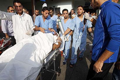 פינוי פצוע פלסטיני, הבוקר בעזה (צילום: AFP)
