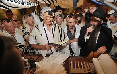 """""""אמנם באיחור של 70 שנה, אבל עדיין - ניצחון גדול"""". ניצולי השואה עולים לתורה"""