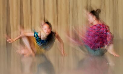 לרקוד בדרך הזו. צילום של רקדניות להקת בת שבע (צילום: מיכאיל ברישניקוב)