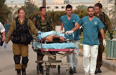 פגיעה ישירה. אחד הפצועים מובא לבית החולים סורוקה, הבוקר (צילום: הרצל יוסף)