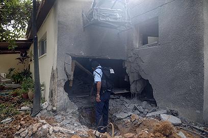 """""""הם סובלים ואנחנו סובלים"""". הבית שנחרב באשכול, אתמול (צילום: אבי רוקח)"""