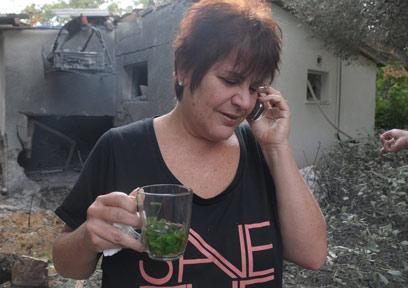 """""""עוד פעם נהרס הבית של מוסא"""". זלפה יוז ליד ההריסות (צילום: אבי רוקח)"""