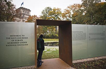 """הכניסה לאנדרטה. """"רצח עם בעל ממדים משלו"""" (צילום: EPA)"""