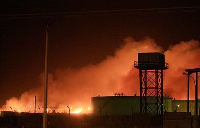 המפעל עולה באש. חלק ממתחם צבאי בדרום חרטום (צילום: רויטרס)