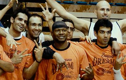 קווין שפארד וחברי קבוצתו בשיראז (הקירח מימין: זוראן מייקיץ' הסרבי)