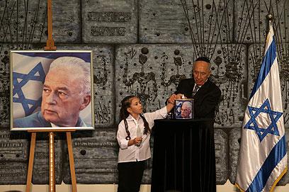 פרס מדליק נר לזכר רבין (צילום: אלכס קולומויסקי)