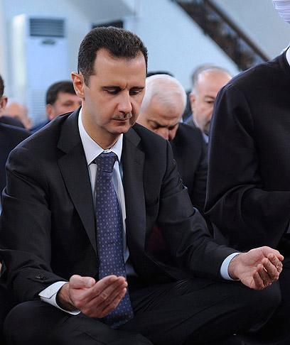 אסד בתפילה במסגד בדמשק, היום (צילום: רויטרס)