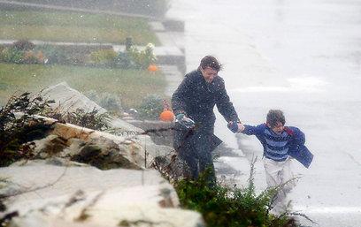 אם ובנה בגשם של מסצ'וסטס (צילום: רויטרס)