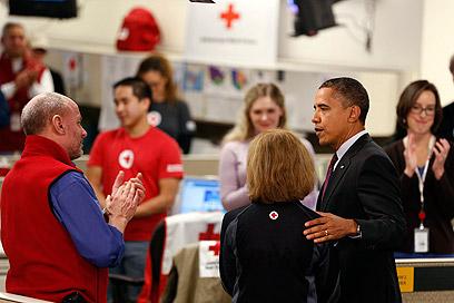 """אובמה במרכז החירום של הצלב האדום. """"עוד קהילות יושפעו"""" (צילום: AP)"""