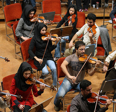 התזמורת מנגנת. נגן מקצועי מרוויח כ-200 דולרים בחודש, פחות מנהג מונית (צילום: AP)