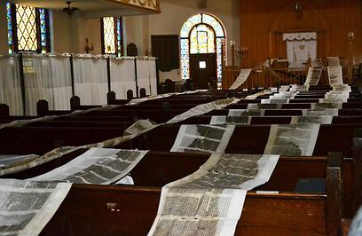 """""""זה שבר לגמרי את הקהילה היהודית"""". ספרי התורה פרושים לייבוש (צילום: רותה אוקונוב)"""