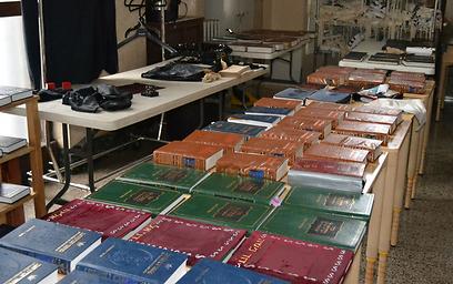 כל ספרי הקודש נפגעו בסופה (צילום: רותה אוקונוב)