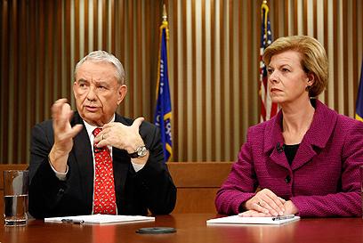 תהפוך לסנאטורית ה-1 שהיא לסבית מוצהרת? בולדווין (מימין) ותומפסון מוויסקונסין (צילום: רויטרס)