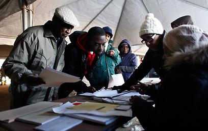 מצביעים באוהל בניו יורק (צילום: AP)