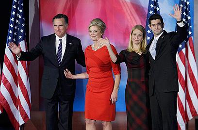 """""""האומה שלנו בנקודה קריטית"""". הזוג רומני לאחר נאום ההפסד בבוסטון (צילום: רויטרס)"""
