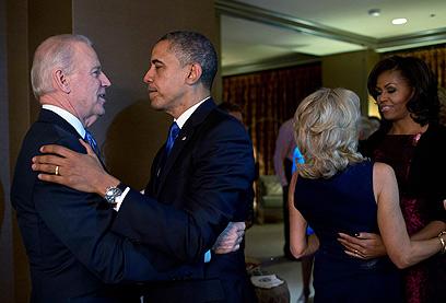 עבודת צוות. בני הזוג אובמה וביידן (צילם: רויטרס)