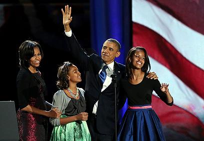 חגיגה משפחתית. ברק, מישל, סשה ומליה אובמה (צילום: AFP)