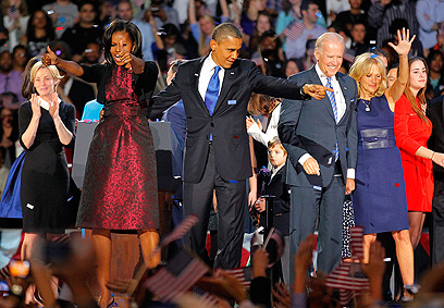 נשארים בבית הלבן. משפחות אובמה וביידן (צילום: AP)