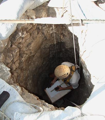 """תחילה נחצבה, אח""""כ נבנתה. הבאר בעמק יזרעאל (צילום: יותם טפר, רשות העתיקות)"""