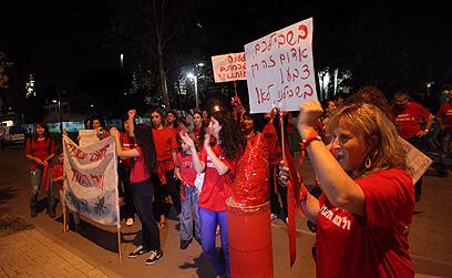 """תושבי עוטף עזה בתל אביב. """"בשבילכם אדום זה צבע"""" (צילום: מוטי קמחי)"""