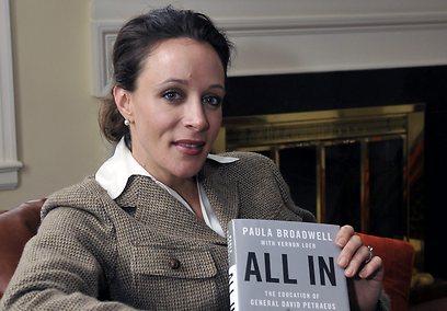 הביוגרפית והמאהבת, פולה ברודוול. חושך בבית (צילום: AP)