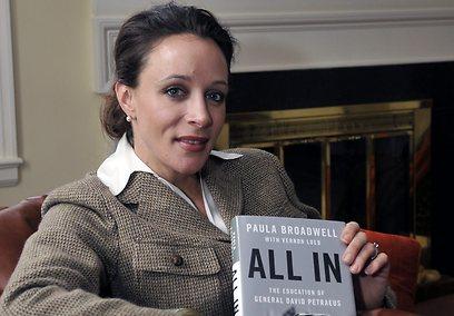 פולה ברודוול מצטלמת עם ספרה על פטראוס (צילום: AP)